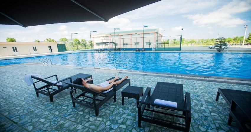 Hồ bơi tại Khách sạn Mường Thanh Hoàng Mai